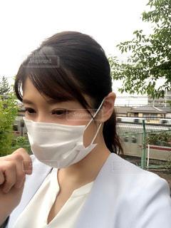 白いシャツを着た女性の写真・画像素材[3211602]