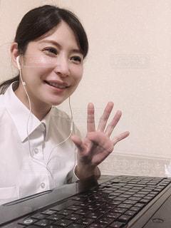 ラップトップを持ち、カメラに向かって微笑む女性の写真・画像素材[3283892]