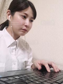 ラップトップコンピュータを使用したナイジンXiongの写真・画像素材[3283902]