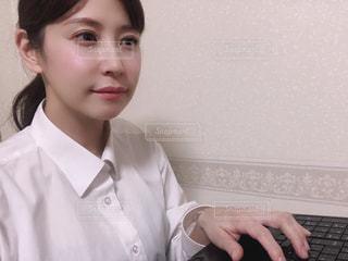 カメラのポーズをとる人の写真・画像素材[3284100]