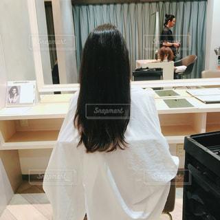 ロングヘアーを切る前にの写真・画像素材[1383607]