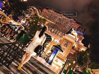 夜のライトアップされた街の写真・画像素材[1733714]