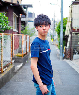 歩道上に立って若い男の子の写真・画像素材[705831]