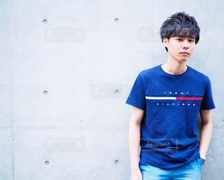 ブルーのシャツを着た少年の写真・画像素材[705840]