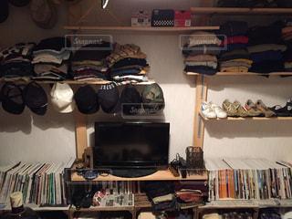 部屋の家具や本の棚でいっぱい - No.710428
