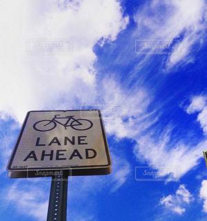 曇り青空の前に道路標識の写真・画像素材[710430]