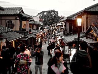 通りを歩く人々 のグループの写真・画像素材[886405]