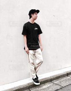 歩道に立っている人の写真・画像素材[1141024]