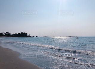 水域の隣の砂浜の写真・画像素材[2233006]