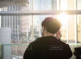 窓の前に立っている人の写真・画像素材[4201760]