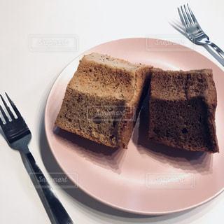 シフォンケーキを半分この写真・画像素材[956107]