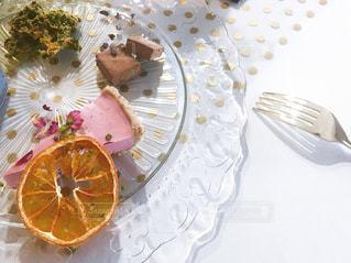 食卓の上の食べ物の皿の写真・画像素材[2103074]