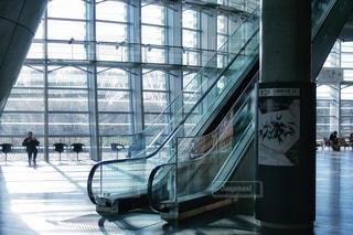 近くにガラス建築のアップ - No.961470