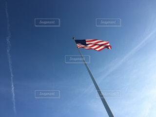 澄んだ青い空に飛んでフラグの写真・画像素材[994935]