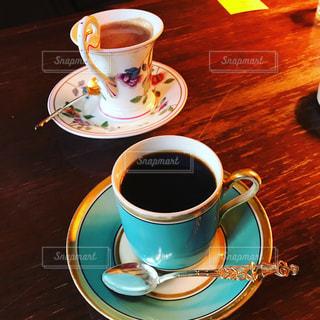 木製のテーブルの上に座ってコーヒー カップ - No.741657