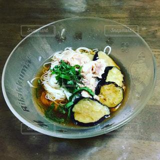 テーブルの上に食べ物のボウルの写真・画像素材[716111]