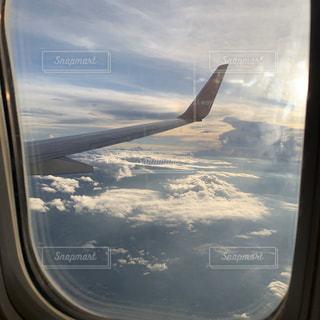 空高く飛んでいる大きな飛行機の写真・画像素材[2859587]