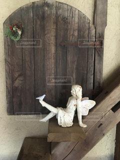 階段に座る天使の写真・画像素材[3033882]