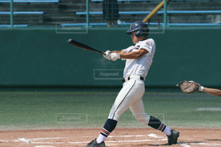 バットを振る野球選手の写真・画像素材[895559]