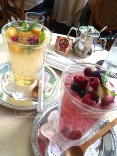 テラス席のあるカフェでフルーツジュースの写真・画像素材[649109]