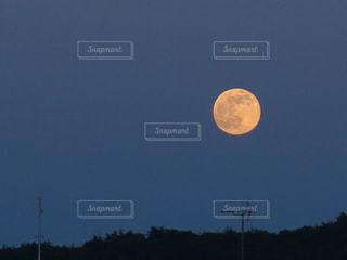 6月の月(ストロベリームーン)の写真・画像素材[698650]