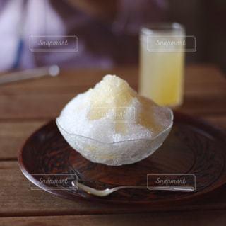 木製テーブルの上に座っているかき氷の写真・画像素材[1487075]