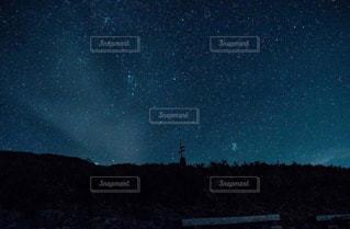 夜に見上げる空の景色の写真・画像素材[1079197]