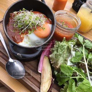 テーブルの上に食べ物のボウルの写真・画像素材[740329]