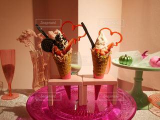 テーブルの上のピンクの花で一杯の花瓶の写真・画像素材[813590]