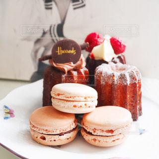 皿の上のケーキの写真・画像素材[1026985]