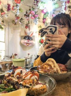 食べ物撮影する私の写真・画像素材[1770105]