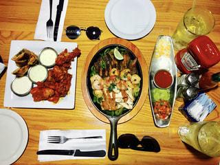 木製テーブルの上に座って食品の束 - No.871113