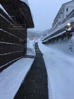 雪景色の中の露天風呂へ続く道の写真・画像素材[1804198]