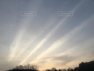 沢山の飛行機雲の写真・画像素材[1054671]
