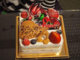 誕生日ケーキ付きのトレイ - No.1131521