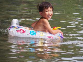 川で楽しむ少年の写真・画像素材[1134817]