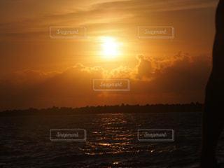 水の体に沈む夕日の写真・画像素材[1134857]