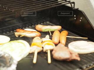グリルの上の食べ物の写真・画像素材[4020272]