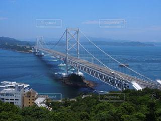 水の体の上の大きな橋の写真・画像素材[771687]