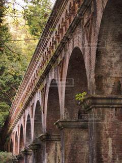 大きなレンガの背景の橋と建物の写真・画像素材[771692]