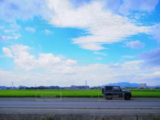 草の上に座っている平面カバー フィールドの写真・画像素材[1384064]