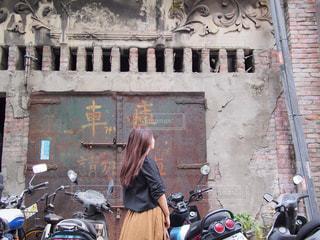 れんが造りの建物の前に駐車したバイクの写真・画像素材[1610772]