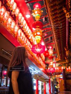 店の前に立っている女性の写真・画像素材[1610773]