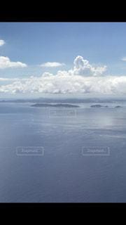 水体の上空で雲のグループ - No.740398
