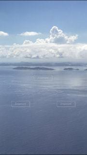 水体の上空で雲のグループ - No.740401