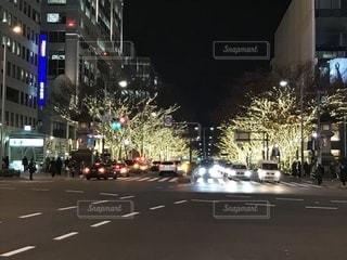 夜のトラフィックでいっぱい街の通りのビュー 表参道イルミネーションの写真・画像素材[1117656]