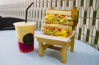 サンドイッチとフルーツジュースの写真・画像素材[960879]