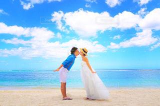 砂浜の上に立っている人の写真・画像素材[984062]
