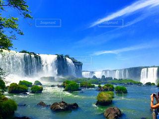 水の体の上の大きな滝の写真・画像素材[984164]