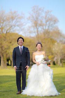 草の中に立っている人々 のカップルの写真・画像素材[1210097]